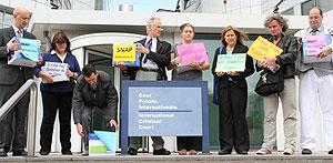 Integrantes de SNAP cuando presentaron una queja contra Joseph Ratzinger en la Corte Penal Internacional (Foto: Centro de Derechos Constitucionales)
