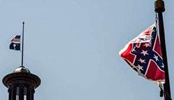 La bandera confederada, ante el Capitolio de Carolina del Sur, en Columbia, sobre cuya cúpula ondean a media asta la enseña nacional y la bandera del estado AFP / SEAN RAYFORD
