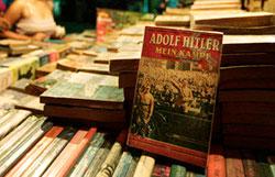 Un ejemplar de Mi lucha en un tenderete de libros callejero en Nueva Delhi, en una imagen del 2010. Saurabh Das / AP